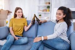 Vrolijke vrouwelijke vrienden die bier drinken en het bewegen vieren zich royalty-vrije stock afbeelding
