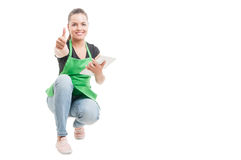 Vrolijke vrouwelijke werknemer met tablet omhoog duim Royalty-vrije Stock Foto's