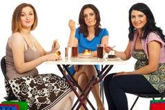 Vrolijke vrouwen die dessert eten bij lijst Royalty-vrije Stock Afbeelding