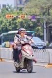 Vrolijke vrouwen op elektrische fiets, Kunming, China Royalty-vrije Stock Foto