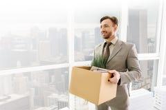 Vrolijke werknemer die bereid om in een nieuw bureau te werken worden stock afbeelding