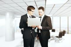 Vrolijke zakenlieden met laptop Stock Foto's
