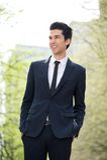 Vrolijke zakenman die in openlucht glimlachen Stock Afbeeldingen