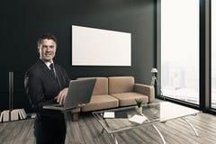 Vrolijke zakenman met laptop Stock Foto's