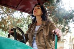 Vrouw aan het landbouwbedrijfwerk Royalty-vrije Stock Foto's