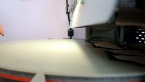 Vrouw aan het werk door de persmachine stock videobeelden