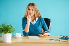 Vrouw aan het werk met een calculator Royalty-vrije Stock Afbeeldingen