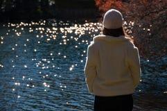 Vrouw aan kant van meer stock afbeelding