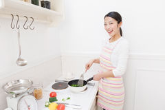 Vrouw aan kok Stock Afbeelding