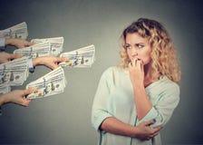 Vrouw aarzelend om steekpenning van mensen te nemen royalty-vrije stock afbeelding