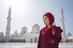 Vrouw in Abu Dhabi Mosque Het dragen van een rode Hijab die in Sheikh Zayed Grand Mosque in de V.A.E bekijken Zonnige mooie dag, royalty-vrije stock foto's