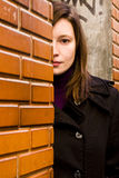Vrouw achter brickwall royalty-vrije stock afbeelding