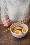 Vrouw achter de lijst en de Aziatische soep Ramen Stock Fotografie