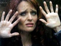 Vrouw achter Glas Stock Foto's