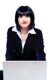 Vrouw achter laptop verwondering royalty-vrije stock foto's