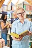 Vrouw als bibliothecaris of spreker met boek stock afbeelding