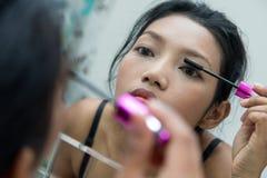 Vrouw als het toepassen van make-up stock afbeelding