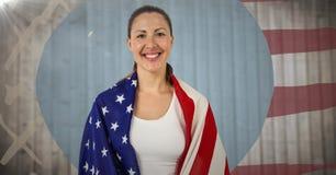 Vrouw in Amerikaanse vlag tegen onscherp houten paneel met hand getrokken Amerikaanse vlag en gloed wordt verpakt die stock illustratie