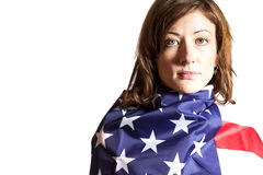 Vrouw in Amerikaanse vlag wordt verpakt die Stock Foto's