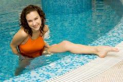 Vrouw in aquagymnastiek royalty-vrije stock afbeelding