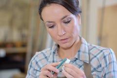 Vrouw artisanaal op het werk stock afbeelding
