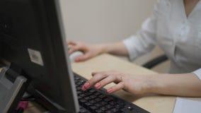 Vrouw arts die bij de computer werken De arts die MRI testen Sluit omhoog stock footage