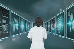 Vrouw arts die medische interfaces bekijken stock fotografie