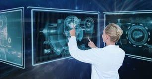 Vrouw arts die met medische interfaces interactie aangaan stock foto's