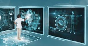Vrouw arts die met medische interfaces interactie aangaan stock afbeeldingen