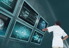 Vrouw arts die met medische interfaces tegen blauwe achtergrond met gloed interactie aangaan stock afbeeldingen