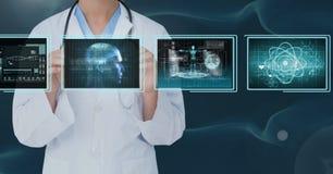 Vrouw arts die met medische interfaces tegen bluebackground interactie aangaan stock foto's