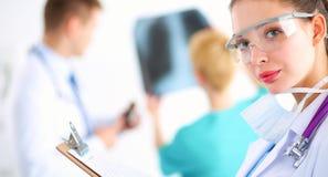 Vrouw arts die zich met omslag bij het ziekenhuis bevinden Royalty-vrije Stock Foto