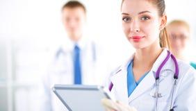 Vrouw arts die zich met omslag bij het ziekenhuis bevinden Stock Afbeelding