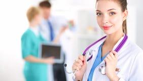 Vrouw arts die zich met stethoscoop bij het ziekenhuis bevinden Royalty-vrije Stock Afbeelding