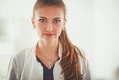 Vrouw arts die zich met stethoscoop bij het ziekenhuis bevinden De arts van de vrouw Royalty-vrije Stock Foto's