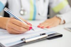 Vrouw arts het schrijven Stock Foto