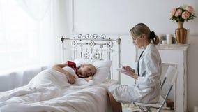 Vrouw arts met een patiënt stock video