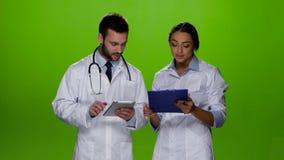 Vrouw arts om medicijn voor de behandeling van patiënten voor te schrijven stock footage