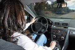 Vrouw in auto Stock Afbeelding
