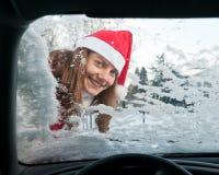 Vrouw, auto, de winter Stock Foto's