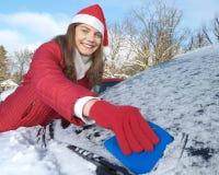 Vrouw, auto, de winter Stock Afbeelding