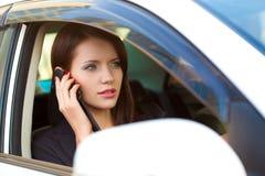 Vrouw in auto het roepen Stock Foto's