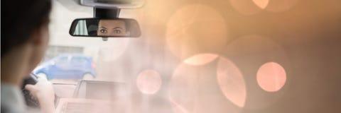 Vrouw in auto met het magische effect en de spiegel van de lichtenovergang Stock Foto's