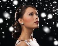 Vrouw in avondjurk die diamantoorringen dragen Stock Foto