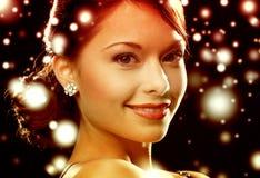 Vrouw in avondjurk die diamantoorringen dragen Stock Afbeelding
