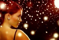 Vrouw in avondjurk die diamantoorringen dragen Royalty-vrije Stock Foto's