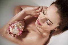 Vrouw in bad van melk royalty-vrije stock foto's