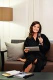 Vrouw in badjas het ontspannen met glas champagne Stock Fotografie
