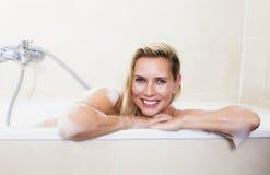 Vrouw in badkuip stock afbeelding