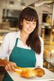 Vrouw in bakkerij royalty-vrije stock afbeelding
